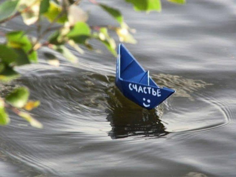 Плывет бумажный кораблик гифка, картинки