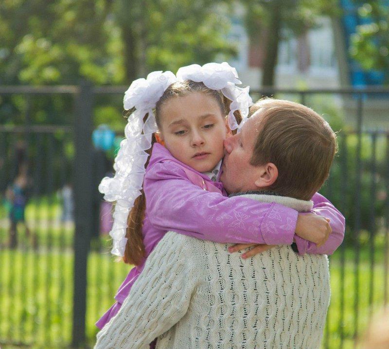 Русская мама целует ноги дочке